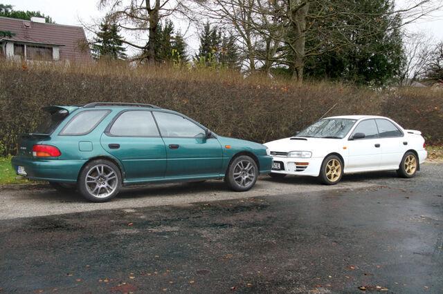 1996. aasta sedaankerega Subaru Impreza WRX Type ja eeldatust põhjalikumat remonti vajanud aasta noorem universaalkere ja automaatkäigukastiga eksemplar, mis mu oma hooletuse tõttu vajab täiendavaid keretöid.  Foto: Indrek Allik