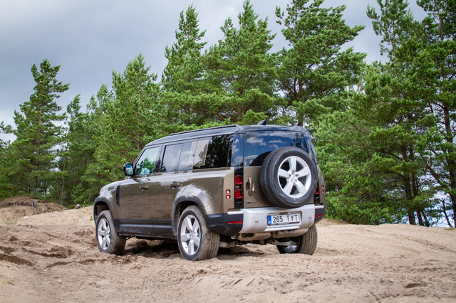 Land Rover Defender D240 First Edition. Foto: Laas Valkonen
